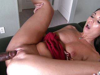Милая блондинка пробует секс с негром