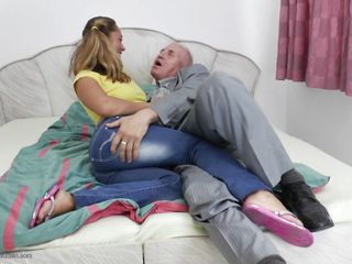 Порно муж завязывает жене глаза