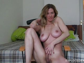 Порно брюнетка с небритым лобком у бассейна