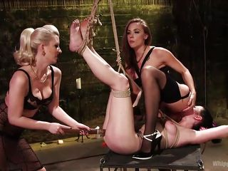 Порно раб лижет госпоже попу