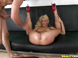 Женщину ебут в большую попу порно онлайн