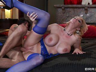 Порно дрочат хуй сиськами