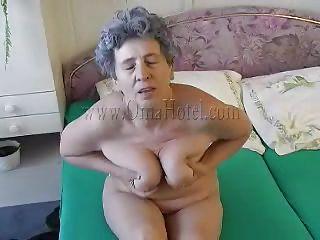 Порно дрочит на улице перед девушками