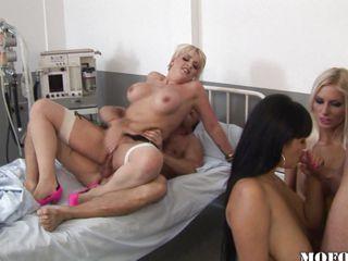 Порно групповуха с мамой