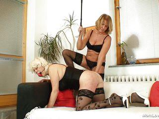 Зрелая госпожа ебет своего раба порно