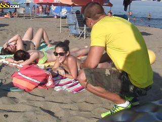 Подглядывающий на пляже