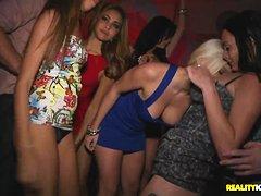Смотреть стриптиз в клубе