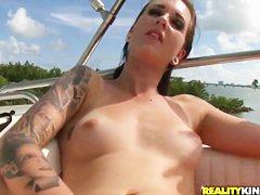 Девушка мастурбирует свою киску