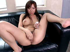 Девушка с большими сиськами мастурбирует