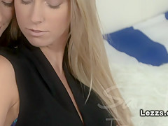 Лесбиянки трутся клиторами